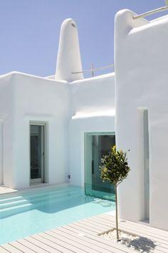 Vu la pluie qui nous tombe sur la tête en ce moment, je n'ai qu'une envie ... une maison blanche sous le soleil avec une piscine de rêve ...
