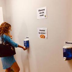 Ga creatief aan de slag met de veiligheidsmaatregelen. Gebruik alcoholgel om leerlingen te bevragen. Kies een stelling en hang deze zichtbaar uit. Doorschijnende bussen alcoholgel staan voor de antwoordmogelijkheden. Leerlingen ontsmetten hun handen met de bus van hun antwoordkeuze.