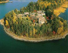 کشور فنلاند در منطقه ی اسکاندیناوی و در قسمت شمالی اروپا واقع شده است.جمهوری فنلاند حدود پنج میلیون نفر جمعیت دارد و شهر هلسینکی پایتخت این کشور می باشد و