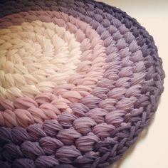 This free Cross stitch circular T-shirt yarn rug pattern is written in Hebrew. But I lobe the colors! Diy Tricot Crochet, Crochet Pouf, Crochet Rug Patterns, Crochet Carpet, Crochet Crafts, Knitting Patterns, Knit Rug, Rug Yarn, Fabric Yarn