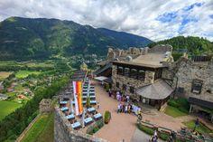 Die Burg Landskron ist eine Felsenburg nordöstlich von Villach am westlichen Beginn der Ossiacher Tauern auf dem Plateau eines Felskegels. Unterhalb des Burgfelsens liegt die Ortschaft St. Andrä am Westende des Ossiacher Sees, unweit des Villacher Ortsteiles Landskron.  In der Burg befindet sich die Adlerarena Burg Landskron, wo im Sommerhalbjahr  Greifvogelschauen abgehalten werden. - Reiseziele und schöne Orte in Kärnten, Österreich. #kärnten #carinthia #top10kärnten #burgen Mansions, House Styles, Villach, Road Trip Destinations, Manor Houses, Villas, Mansion, Palaces, Mansion Houses