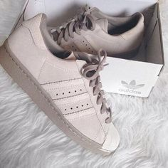 Adidas Women Shoes - Discover and share probably the most beautiful images from round the world - We reveal the news in sneakers for spring summer 2017 Zapatos Shoes, Shoes Heels, Cute Shoes, Me Too Shoes, Pretty Shoes, Shoes Brown, Beige Shoes, Pink Shoes, T Shirt Pink