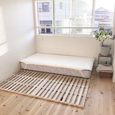 引っ越しの際、『ベッドをどうするか』について、とても悩みました。  子供が2歳ということもあり、高さのあるベッドフレームは少し心配でした。床敷布団は埃やハウスダストも気になるところ。 その上、掃除がしやすく、部屋を広く見せたい、海外インテリアのようなステキな空間にしたい.....etc。  そこで出会ったのが『折りたたんで布団干しも出来るニトリのスノコベッド』!! 本日はそんな良いとこだらけニトリのスノコベッドの魅力をお伝えしたいと思います。 Minimalist Interior, Minimalist Bedroom, Small Places, Home Living Room, My Room, Minimalism, Storage, House, Furniture