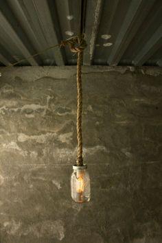 hängelampe seil glühbirne glas beton wandgestaltung rau