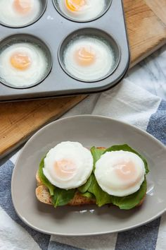 Can You Really Make Poached Eggs in the Oven is part of Eggs in muffin tin While poached eggs make a lovely and elegant brunch addition, I find myself shying away from them when I'm cooking for m - How To Make A Poached Egg, How To Cook Eggs, Making Poached Eggs, Poached Eggs Oven, Poached Egg Recipes, Perfect Poached Eggs, Perfect Eggs, Breakfast Dishes, Breakfast Recipes