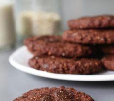 Boekweit chocoladekoekjes 80 gr havermout – voor echt glutenvrije koeken neem je glutenvrije havermout50 gr boekweitmeel65 gr kokosvet – gesmolten30 ml amandelmelk – of rijstmelk, sojamelk, gewone melk etc.1 flinke el cacao poeder2 el dadelstroop1 tl bakpoeder15 gr chocolade