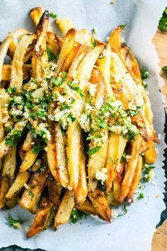 Extra crispy Parmesan garlic fries are baked in the oven, instead of fried, for a healthier french fry recipe! Top them off with a Parmesan, garlic and parsley coating for the ultimate gluten-free side dish recipe. Garlic Parmesan Fries, Baked Garlic, Parmesan Recipes, Crispy French Fries, French Fries Recipe, Garlic French Fries, Gluten Free Recipes Side Dishes, Vegetarian Side Dishes, Making French Fries