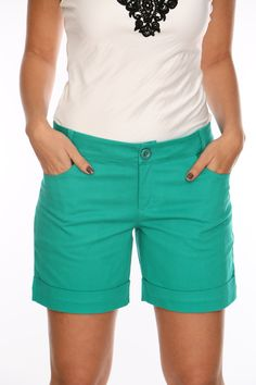 Bermuda colorida uma boa opção para complementar o look de verão.