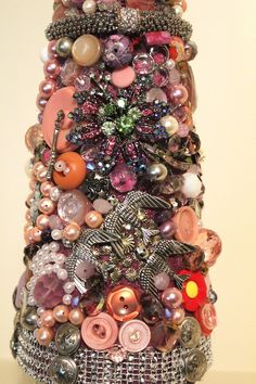 Unusual Christmas Trees, Jeweled Christmas Trees, Cone Christmas Trees, Costume Jewelry Crafts, Vintage Jewelry Crafts, Diy Crafts Tools, Crafts To Do, Button Art, Button Crafts