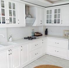 Esra hanımın aydınlık ve zarif, country stil mutfağı. Country Stil, Country Decor, Estilo Country, Küchen Design, Home Design, Design Ideas, Kitchen Sets, Kitchen Decor, Kitchen Trends