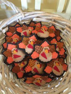 Felt turkey for Thanksgiving, brooch or ornament. Rustic Primitive Decor, Turkey Pattern, Fabric Brooch, Thanksgiving Diy, Felt Patterns, Bowl Fillers, Pincushions, Felt Art, Felt Ornaments