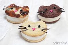 These are the cat's meow! Ice cream cat cookies These cute cat-face shaped ice cream sandwiches are easy to make! Cat Ice Cream, Eating Ice Cream, Ice Cream Party, Cute Snacks, Snacks Für Party, Cute Food, Köstliche Desserts, Delicious Desserts, Sandwiches