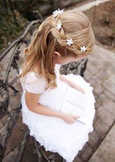 nina pequena vestida y peinada para comuniones
