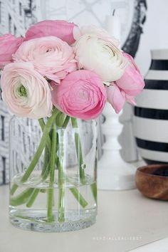Blumen dürfen im Frühling einfach nicht fehlen und zaubern sofort eine echte Vorfreude auf den Frühling. Auf dem Foto wurden rosafarbene Ranunkeln gewählt.