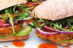 Cizrnové burgery | Apetitonline.cz Falafel, Tahini, Salmon Burgers, Sandwiches, Ethnic Recipes, Food, Falafels, Hoods, Meals