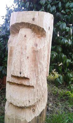 Questo tavolo-maschera in legno di abete è interamente lavorato a mano, dalla scelta del legno alla rifinitura dei dettagli. Un particolare insolito