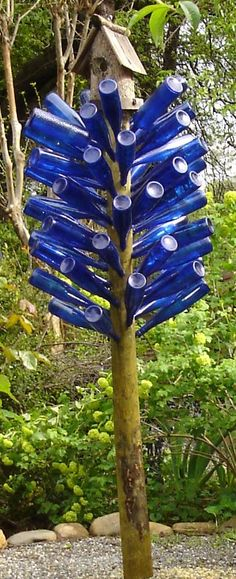 Now that is my idea of a spirit tree! Garden Whimsy, Garden Deco, Recycled Wine Bottles, Wine Bottle Crafts, Blue Bottle, Bottle Art, Rusty Garden, Bottle Trees, Garden Wall Art