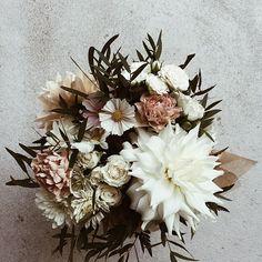 It's possible to have small weddings. Voilà la bouquet d'une petite mariage à domicile. Une compulsion d'une bouquet de mariée, 4 boutonnières et deux centre de tables. #smallweddings #montrealflorist