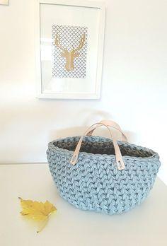 Este es el tutorial que estabas esperando, de esta preciosa cesta de trapillo con asas de piel! Tutorial y patrón Gratis! By Knit and Love