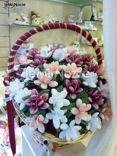 http://www.lemienozze.it/operatori-matrimonio/bomboniere/negozio-bomboniere-a-roma/media/foto/25  Fiori di confetti da accompagnare alle bomboniere del matrimonio