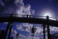 Des enfants sautent d'un petit pont au-dessus d'un estuaire, South West Rocks, 2003. NARELLE AUTIO