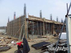 2014-11-30-一樓外牆的板模不繡鋼整個包覆,我在想這樣的加強應該是灌漿的時候 ,可避免把板模撐破,增加板模強度吧