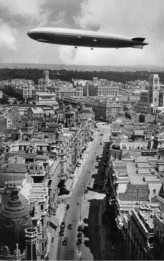 LZ 127 Graf Zeppelin over Madrid in 1930 Old Pictures, Old Photos, Vintage Photos, Zeppelin, Foto Madrid, Le Palais, Spain Travel, Historical Photos, Valencia