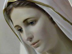 La Madonna è bella? Tutti coloro che l'hanno vista, nelle apparizioni, dicono indistintamente che è molto bella. La bellezza di Maria è indescrivibile.