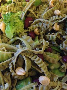 Grüner Salat mit Edamame Pasta aus grünen Sojabohnen   --> www.vegan-athletes.com