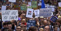 """20160702 - Milhares de pessoas foram às ruas do centro de Londres neste sábado para protestar contra a decisão do Reino Unido de sair da União Europeia, o chamado Brexit. Os manifestantes carregavam cartazes dizendo: """"o que vocês fizeram?"""", """"nós amamos a União Europeia"""", """"não ao Brexit"""" e outros. Imagem: Niklas Halle'n/AFP Photo"""
