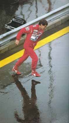 Ayrton running in the rain, his specialty