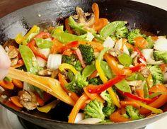 Für den schnellen Tofu-Gemüse-Wok zunächst das Gemüse putzen, waschen und in mundgerechte Streifen schneiden. Tofu ebenfalls in kleinere Würfel