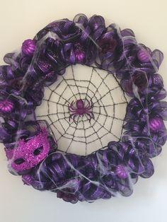 Violet Couronne Diy, Halloween, Wreaths, Home Decor, Homemade Home Decor, Door Wreaths, Deco Mesh Wreaths, Halloween Labels, Garlands