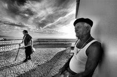 Immagini dal sapore di altri tempi, che ritraggono persone semplici, anime pure che credono che il più grande successo nella vita sia di rimanere se stessi. © Rui Palha  Luogo: Praia da Ericeira (Spiaggia della Ericeira), a circa 50 km a nord ovest di Lisbona.   Titolo originale: Simple People