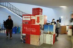 Departement Geschichte Uni Basel - Infopoint für Studienanfänger - 26 faltbare Würfel für mehrmaligen Aufbau. Kann flach in braunen Boxen (im Hintergrund) eingelagert werden. Konzept: vistapoint.ch