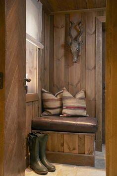 Del av skismurningsrom Chalet Design, House Design, Log Cabin Living, Bohinj, Mountain Cottage, Cabin Interiors, Rustic Elegance, Log Homes, Interior Design Living Room