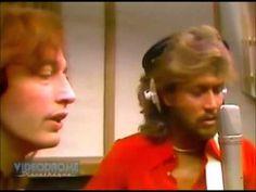 Os Bee Gees foram sinônimos de sucesso nas discotecas de 1970 e continuam emocionando a todos mesmo depois de tantos anos! Confira as 15 canções mais marcantes!