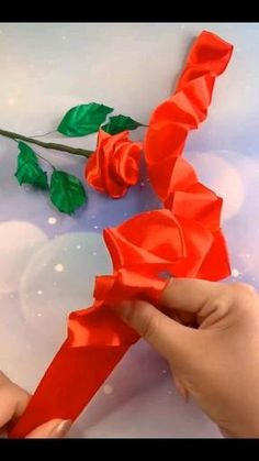 Making Fabric Flowers, Paper Flowers Craft, Paper Crafts Origami, Paper Roses, Flower Crafts, Flower Making, Diy Flowers, Easy Paper Crafts, Diy Crafts For Gifts