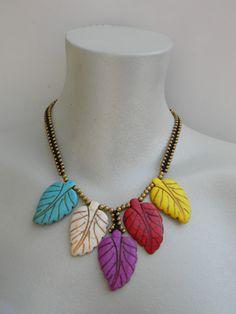 collar étnico de Las Zarandajas con hojas en color