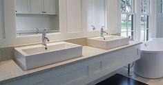 Bänkskiva i badrum med dubbla tvättställ