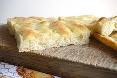 Ecco la ricetta originale della focaccia genovese Bimby! Non si può fare senza lievito, ma con poco lievito sì. La lievitazione lenta e l'emulsione...