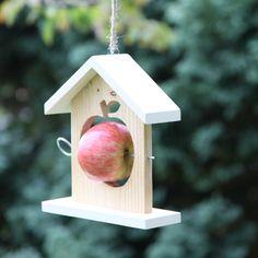 mangeoire pour oiseaux, pomme rouge, construction en bois