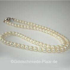 Zarte Süsswasser-Perlenkette aus gleichmäßigen, weißen Perlen. Die Perlen haben einen Durchmesser von 5,5 mm, Kette mit einem Verschluss aus 925/- Silber.