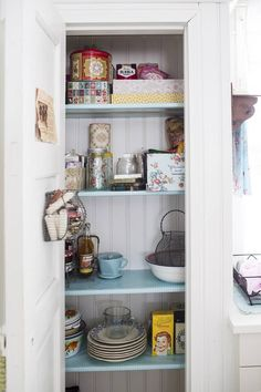 Uuden talon modernissa keittiössä on aitoa mummolatunnelmaa.   Unelmien Talo&Koti Kuva: Hanne Manelius Toimittaja: Ilona Pietiläinen