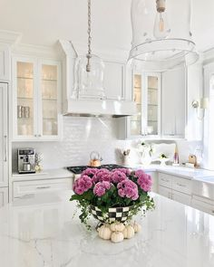 Cute Home Decor Awesome kitchen style are available on our site. Home Decor Awesome kitchen style are available on our site. Classic Kitchen, All White Kitchen, White Kitchen Cabinets, New Kitchen, Kitchen Cabinetry, Island Kitchen, Minimal Kitchen, Awesome Kitchen, White Marble Kitchen