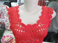 Detalhe decote blusa vermelha rendada em trico