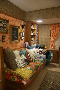 Girl's dorm at Wall Hall, Texas Tech (college girl bedding layout) College Girl Bedding, Girl Dorms, College Dorm Rooms, Dorm Design, Saloon, Apartment Bedroom Decor, Dorm Life, College Life, Chula