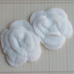 These gorgeous knit flowers are perfect as embellishments for any of your latest Christmas crafts. They're soft, and the material allows you to glue or stitch them to other materials, so you can really experiment with them on a Christmas decoration or even a gift box. Homemade Christmas, Diy Christmas Gifts, Knitting Projects, Crochet Projects, Stitch Patterns, Knitting Patterns, Knit Flowers, Knit Crochet, Crochet Hats