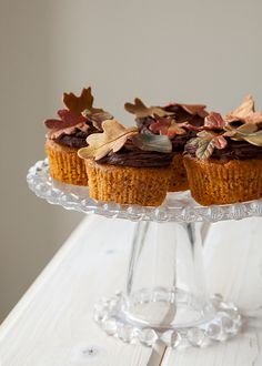 Cake Decoration Tips - Learn How To Make Easy Fall Sugar Leaves. Perfect for Pumpkin Cupcakes. Fun Cupcakes, Cupcake Cakes, Pumpkin Cupcakes, Autumn Cupcakes, Fondant Cupcakes, Cupcake Toppers, Mini Cakes Tutorial, Fondant Tutorial, Pumpkin Farm