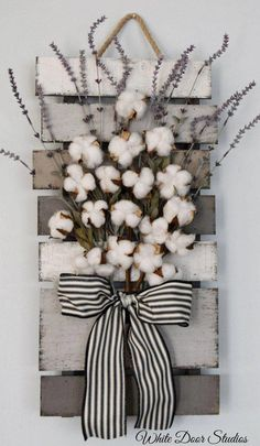 Farmhouse chic way. Faux lavender, rustic cotton stems and a rustic wood pallet come together to create a warm and inviting piece perfect for any room of your home. Cotton and Lavender Farmhouse Style Wall Decor, rustic decor, rustic home decor Diy Home Decor Rustic, Farmhouse Wall Decor, Farmhouse Chic, Rustic Kitchen Wall Decor, Rustic Crafts, Pallet Wall Decor, Farmhouse Design, Pallet Walls, Farmhouse Garden